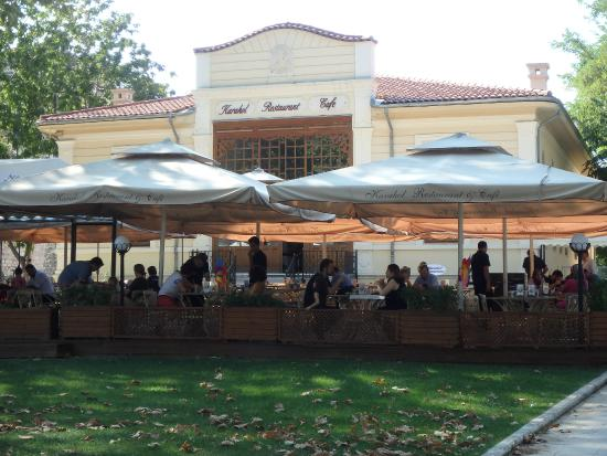 Karakol Restaurant: a lot of workers per occupied tables