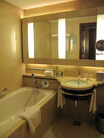 Shangri-La Hotel Kuala Lumpur: Large Bathroom