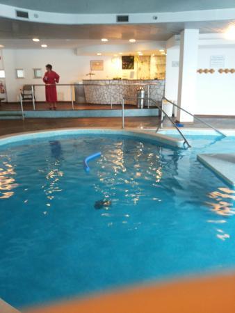 La Reserve Hotel Terme Centro Benessere: La piscina interna con bar bordo vasca