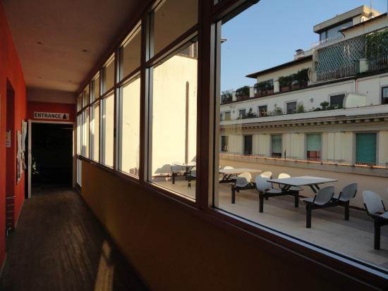 Wow Florence Hostel: Pasillo con vista a la terraza