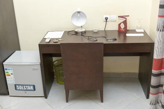 Azalai Hotel Dunia: Desk & Fridge