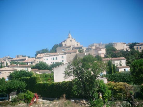 Hotel Crillon le Brave: View approaching Crillon Le Brave