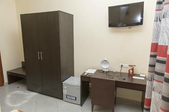 Azalai Hotel Dunia: Desk, TV & Wardrobe