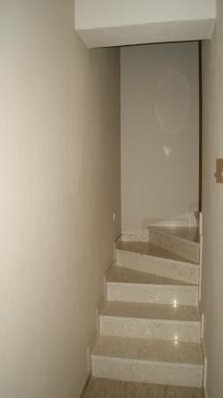 Mary's Residence Suites: лестница на второй этаж