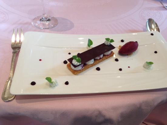 Le Montrachet: Blackberry tart with sorbet and chocolate