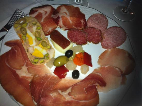 La Casa sul Colle: salumi buoni, sottaceti e olive stantii