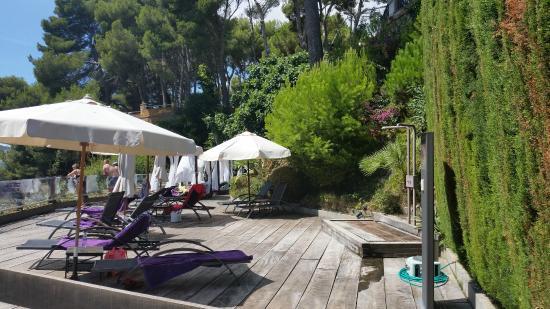 Salles Hotel & Spa Cala del Pi: нижняя терраса для загара