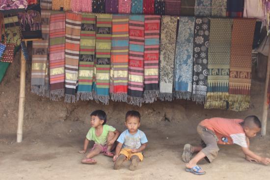 Long Neck Village: Kids in the village