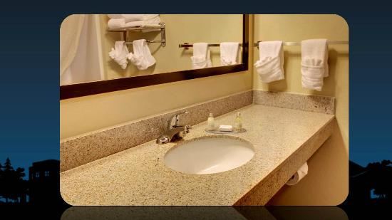 Cobblestone Inn and Suites Hartington: clean, spacious bathroom with mirror