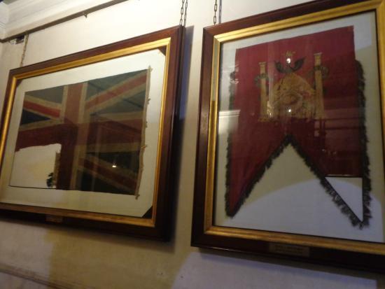 Our Lady of Rosario Basilica: Bandera inglesa y banderola española