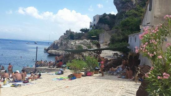 Spiaggia dei Faraglioni: Tonnara scopello