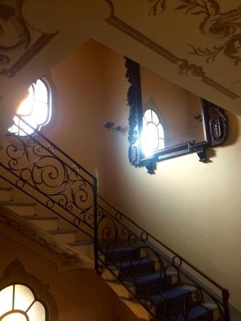 Villa La Mirabella: escalier central pour les chambres