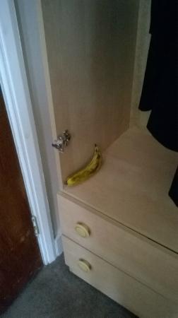Aquarius Hotel: Door-less wardrobe with complimentary fruit.