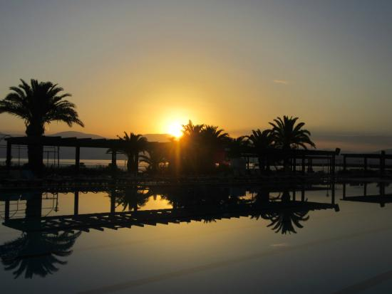 Venosa Beach Resort & Spa: Sunrise over the pool and beach bar