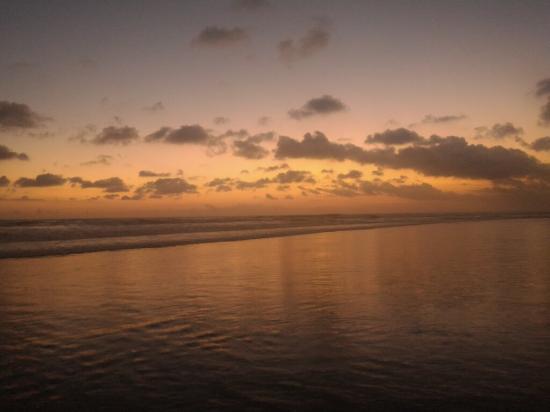 Petitenget Beach: Beautiful sunsets..each evening is different...
