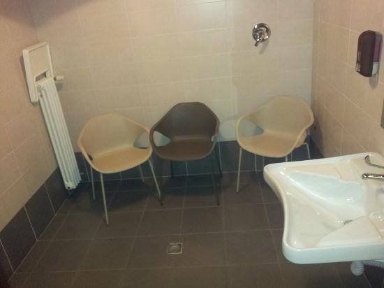 Melemangio - Ristorante: Bagno grandissimo, le sedie sono per spettatori?  Ahah :)