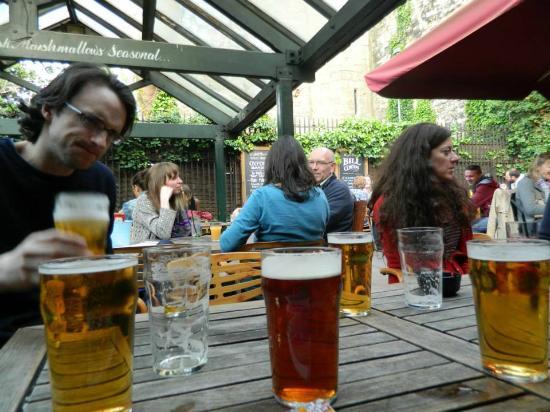 The Turf Tavern: Ricas cervezas en el patio