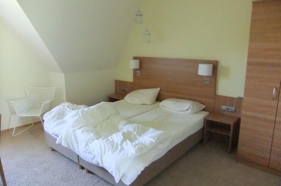 Hotel-Inn Mainblick: Aufnahme entstand vor unserer Abreise, darum ist das Bett nicht gemacht.