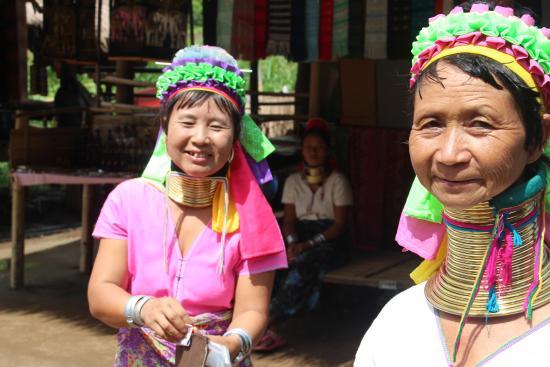 Long Neck Village: Long neck ladies
