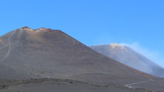 Monte Etna: IN LONTANANZA IL CRATERE CENTRALE