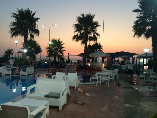 Fafa Resort: Pool bar near beach