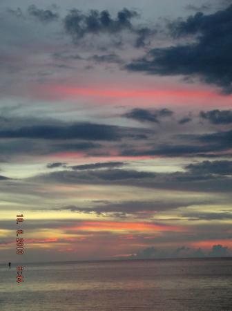 Sam's Beach Bar: The sun drops below the horizon.