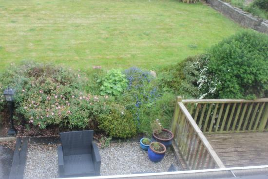 Pairc Lodge B & B: Looking down on the outside seating area