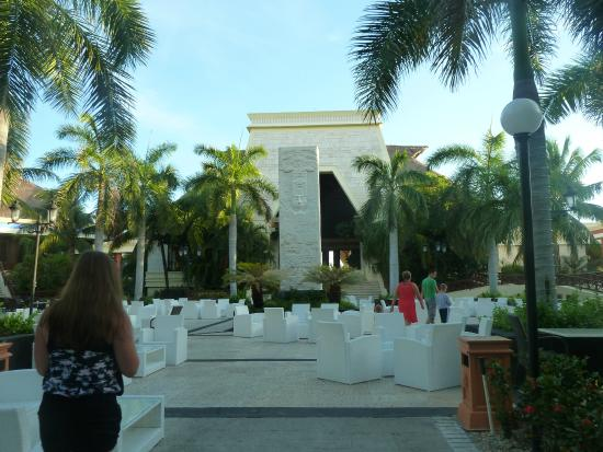 Grand Bahia Principe Coba: patio lobby