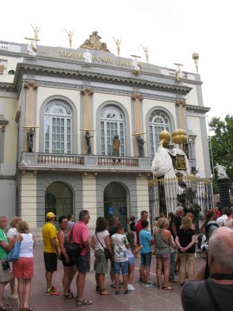 Dali Teatermuseum (Teatro-Museo Dali): Un museo antes de entrar