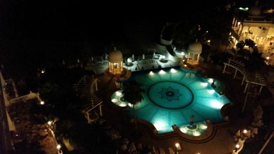 Hotel Riu Palace Las Americas: Vista nocturna de una de las piletas desde la habitacion