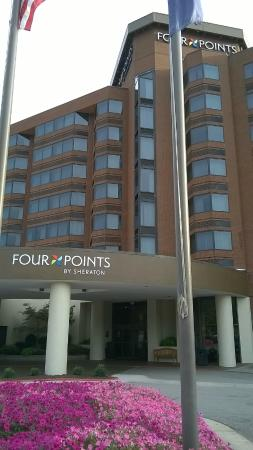 Four Points by Sheraton Richmond: Front of hotel with pretty flowers