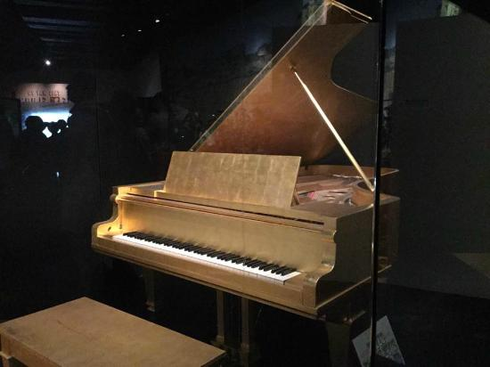 Country Music Hall of Fame and Museum: Elvis gold piano