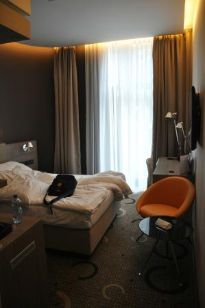 Q Hotel Plus Kraków: habitacion desde la entrada