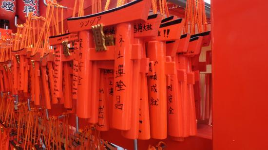 Fushimi Inari: เสาสีส้ม