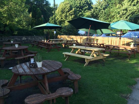 The New Inn: Lovely large beer garden