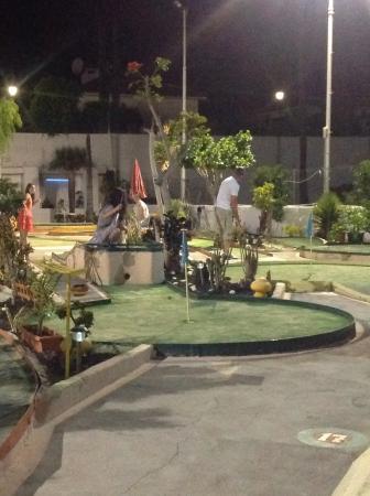 Tamaran Apartments: Crazy golf across the road closes at midnight