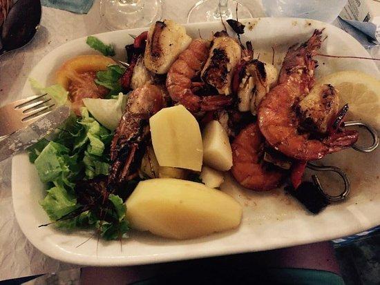 Beira Mar São Mateus: Heerlijke vissoep in brood en een spies van verschillende vissoorten. Hier moet iedereen hebben