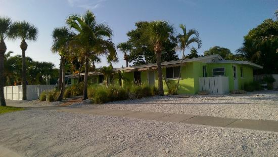 Tropical Breeze Resort: Views of our bungalow