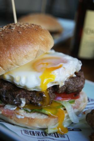 Beveria Monteverde: Hamburger all uovo e senape leggera