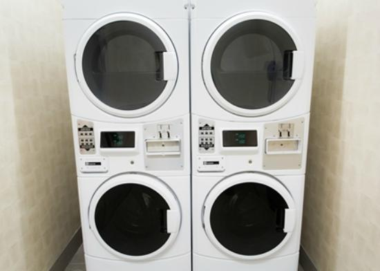 Hampton Inn by Hilton Lloydminster: Laundry center