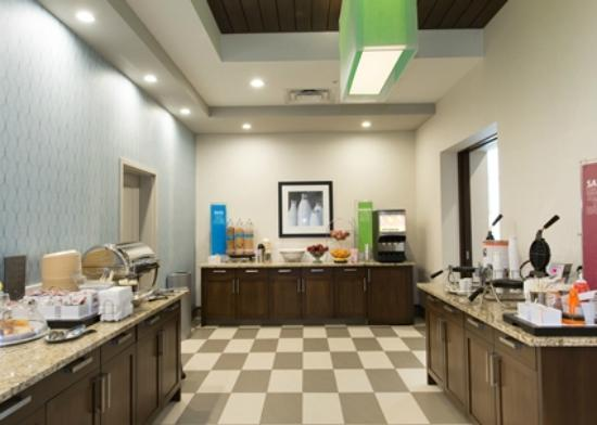 Hampton Inn by Hilton Lloydminster: Breakfast serving area
