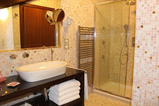 Hotel Palazzo Stern: Lovely bathroom, top floor room