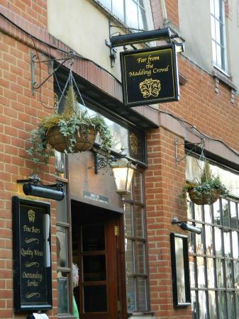 Far From The Madding Crowd: El frente del pub de nombre literario