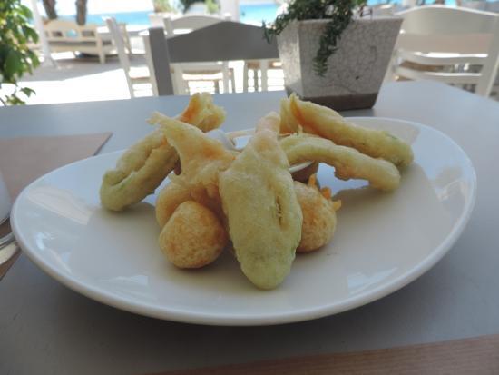 Thalassamou: petits beignets au fromage et aux fleurs de courgettes