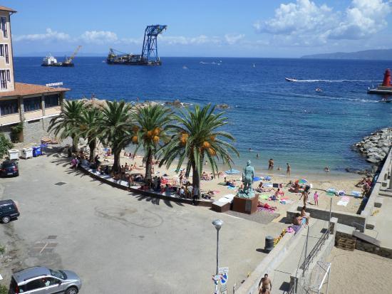 Albergo La Pergola: Spiaggetta di fronte all'hotel (sconsigliata)