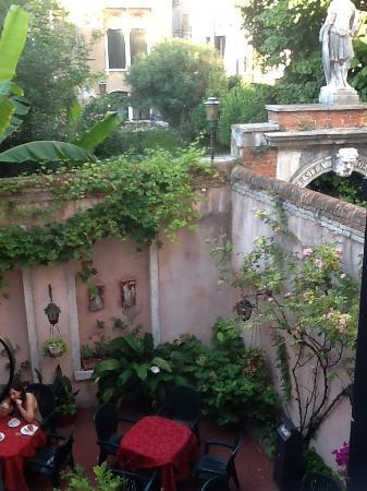 Tivoli Hotel: Вид из окна