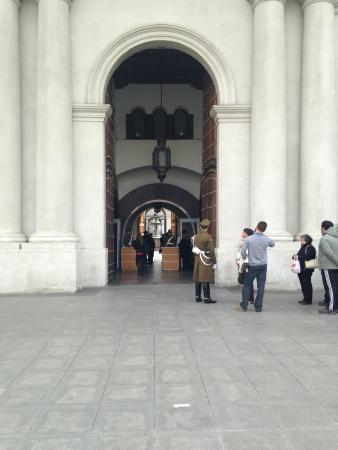 Centro Cultural Palacio de la Moneda y Plaza de la Ciudadanía: Fila para entrada em um sábado