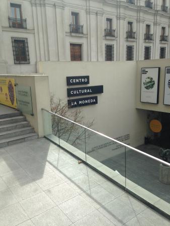 Centro Cultural Palacio de la Moneda y Plaza de la Ciudadanía: Vista de uma entrada
