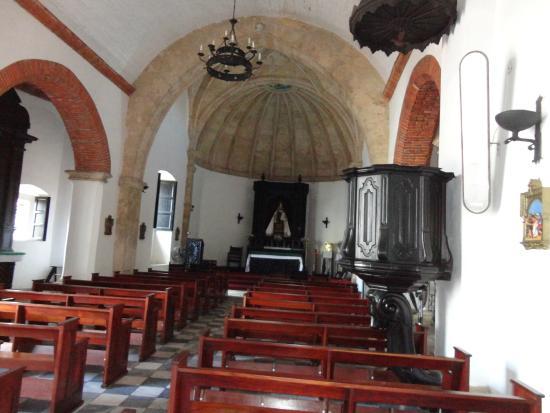 Iglesia Nuestra Señora del Carmen: Interior de la Iglesia, destaca el estado de conservación del Púlpito.