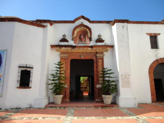 Iglesia Nuestra Señora del Carmen: Vista del Acceso Principal ubicado al costado.